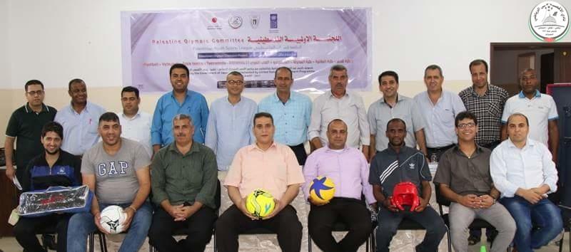 بالصور|| توزيع الأدوات الرياضية على النوادي المشاركة في مشروع بطل أولمبي فلسطيني.